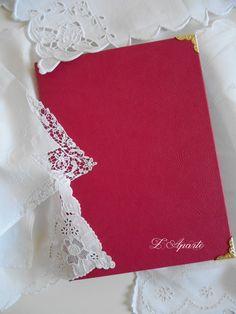 Bloc notes en cartonnage, simili cuir et intérieur tissu petites roses. Coins dorés.