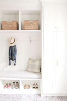 Beautiful and bright mudroom. This is our kind of orga - Dreckschleuse Kinder Mudroom Laundry Room, Bench Mudroom, Closet To Mudroom, Mudroom Cubbies, Entry Closet, Bench Designs, Foyer Decorating, Decorating Blogs, White Decor