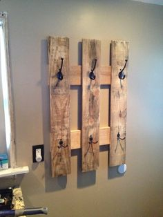Pallet towel rack- cute idea for bathroom or mud room :) Porte serviette à partir de bois de palettes et de crochets