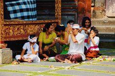 """""""En arrivant au cœur de la ville d'Ubud, nous avions envie de visiter le temple Pura Taman Saraswati. La promenade vers le sanctuaire était agréable, nous étions entourés de fleurs de lotus. L'architecture des lieux et les statues offrent un dépaysement garanti. Les locaux étaient tous habillés de sarongs colorés pour respecter les lieux et faire leurs prières en famille. C'était un moment paisible : le silence régnait, seuls les oiseaux chantaient.""""  Amélie, Travel and cie  Ubud, Indonésie…"""
