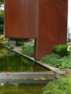 Formaler Garten mit gleichzeitiger Zusammenlegung zweier Innenstadtgärten. Ein Wasserkanal bildet das verbindende Element, mit seinem dominanten Wasserspiel unterstreicht er die geometrische Ruhe und erfrischt mit seiner Akustik. Die strukturelle Kraft des Gartendesigns wird in den Abendstunden durch die Beleuchtung der Wasserachse, der Skulpturen und der Pflanzen betont. Stairs, Home Decor, Water Games, Acoustic, Garden Art, Sculptures, Lighting, Plants, Stairway