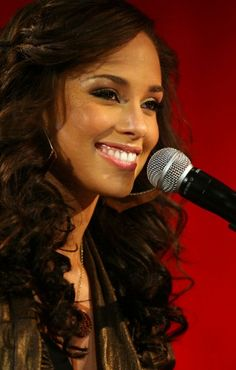 Alicia Keys... What a lovely smile.