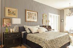 No quarto do arquiteto gaúcho Rogério Ribas, o quadro maior está centralizado na cabeceira da cama. Os menores, alinhados aos criados-mudos