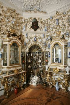 oly_lely - Porcelain Room. Tear your eyes off the busy walls long enough to check out the intricate floor!!