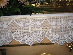 Risultati immagini per Lily altar filet crochet Crochet Edging Patterns, Crochet Borders, Crochet Stitches, Crochet Cross, Crochet Trim, Knit Crochet, Crochet Placemats, Catholic Crafts, Crochet Dollies