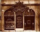 Nasce nel 1843 la farmacia di Henry Roberts a Firenze, un vero e proprio laboratorio capace di sfornare soluzioni e distillati per l'alta società italiana ed anglosassone. Incorniciata dalla famosa etichetta in stile liberty, nasce l'elisir di bellezza più longevo della nostra storia: l'acqua distillata alle rose. Oggi, dopo più di 150 anni, sulla base di questo preparato, nasce la linea di creme per il viso Manetti & Roberts, capaci di rispondere alle esigenze di ogni tipo di pelle e di…