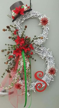 Take a look at these 20 Strikingly Unique Christmas Wreath Ideas.Discover thousands of images about candy cane christmas door hangerKaren Dunaway (The Skinny Gourmet)Adorable Christmas Wreath Ideas For Your Front Door 4230 Most Adorable Christmas Wre Christmas Projects, Holiday Crafts, Christmas Ideas, Christmas Inspiration, Christmas Outfits, Christmas Pictures, Fall Crafts, Noel Christmas, Christmas Ornaments