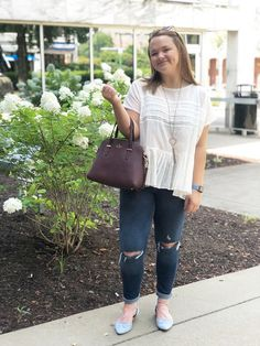 WVU fashion - Sarah wears a ruffle top, Kate Spade bag, Kendra Scott necklace, ripped jeans, and baby blue flats School Outfits For College, Summer School Outfits, College Fashion, Outfits For Teens, Casual Outfits, Cute Outfits, Formal Dresses Under 100, West Virginia University, University College