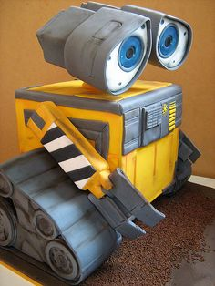 Outstanding fondant Wall-E cake by Lisa of Sweet Disposition Cakes.