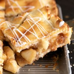 This gluten free apple slab pie is packed with apples cooked to tender perfection and surrounded by an extra flaky, lightly sweet pie crust. The perfect way to feed a crowd! Gluten Free Apple Pie, Gluten Free Pie Crust, Gluten Free Deserts, Gluten Free Sweets, Foods With Gluten, Gluten Free Cookies, Gluten Free Baking, Dairy Free Recipes, Gf Recipes