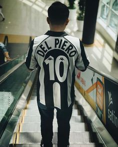 Classic Football Shirts, Vintage Football Shirts, Football Tops, Retro Football, Football Art, Football Jerseys, Jersey Outfit, Jersey Shirt, Shirt Style