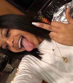 Issa me✨ ιтƨʏαɢιяℓяσƨɛɛɛ Baddie Hairstyles, Black Girls Hairstyles, Cute Hairstyles, Cute Girls With Braces, Cute Braces Colors, Braces Smile, Teeth Braces, Estilo Gangster, Braces Tips
