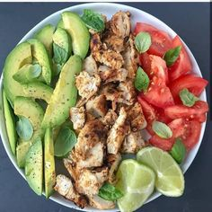 🥑 Avocado chicken and basil salad . I tend to cook easy and quick lunches whe… 🥑 Avocado chicken and basil salad . I tend to cook easy and quick lunches when I am in a hurry . Healthy Meal Prep, Healthy Snacks, Healthy Eating, Dinner Healthy, Keto Meal, Healthy Drinks, Healthy Cooking, Comidas Fitness, Healthy Eating Recipes