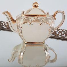 #sadler #teapot #ahummingbirdheirloom #teatime Antique China, Vintage China, Hummingbird, Teapot, Tea Time, Vintage Antiques, Tableware, Glass, Tea Pot