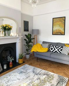 Sala de Estar com Dimension Farrow e Ball com branco e toques de amarelo mostarda - Wohnzimmer, Mustard Living Rooms, Grey And Yellow Living Room, Living Room Accents, Living Room Color Schemes, Living Room Colors, Living Room Grey, Rugs In Living Room, Living Room Designs, Farrow And Ball Living Room