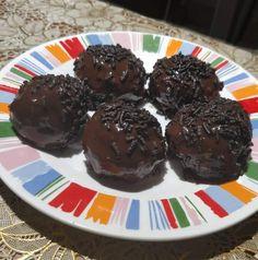 Η Συνταγή είναι της κ. Xristina Gewrgiopoulou - ΑΓΑΠΑΜΕ ΜΑΓΕΙΡΙΚΗ!!!!! ΑΓΑΠΑΜΕ ΖΑΧΑΡΟΠΛΑΣΤΙΚΗ!!!!!! ΥΛΙΚΑ 430 γρ. μπισκότα Oreo με κρέμα σοκολάτας 230 γρ. τυρί κρέμα [τύπου Philadelphia] 400 γρ. σοκολάτα κουβερτούρα σε κομματάκια Εκτέλεση 1.Θρυμματίζουμε τα μπισκότα στο multi και τα τοποθετούμε Greek Recipes, Pudding, Cookies, Desserts, Food, Crack Crackers, Tailgate Desserts, Deserts, Custard Pudding
