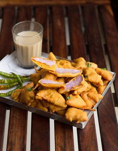Kand Pakoda Recipe easy, delicious, crunchy and simple to make. It's crunchy from out and soft from within. Veg Recipes, Indian Food Recipes, Vegetarian Recipes, Ethnic Recipes, Tea Time Snacks, Party Snacks, Budget Meals, Budget Recipes, Chaat