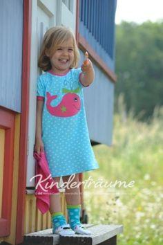 Das heutige Näh-Set findet Ihr in der aktuellen Kinderträume aus Stoff von Sabrina Nähen unter der Modell-Nummer 9! Ein schickes Kleid für Mädchen in den Größen 86. 92 oder 98 lädt hier zum Nähen ein. Das Modell kann als Nachthemd oder im Sommer als schlichtes Sommerkleidchen getragen werden. Die schicke Applikation kommt bei Euren Kiddies bestimmt gut an!Alle Original-Stoffe sowie die Zeitschrift mit Nähanleitung findet Ihr bei uns im Shop.
