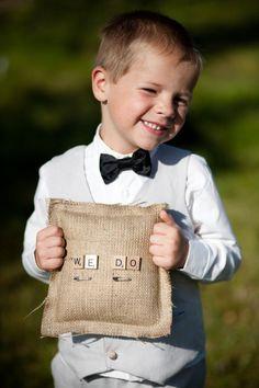 Ringkissen: auch herzallerliebst, wenn die Scrabblestein-Idee sich durch die ganze Hochzeit zieht.