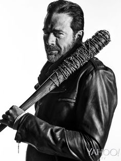 'The Walking Dead' Season 7 Photo Exclusives: Negan and. One of His Victims? The most noteworthy thing about the photos we're about to show you: of the two Walking Dead characters depicted, only one of them is smiling. And he's the scary one. Walking Dead Zombies, Walking Dead Season, The Walking Dead 7, The Walk Dead, Walking Dead Characters, Image Film, John Winchester, Jeffrey Dean Morgan, Sam Dean