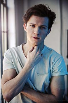 Celebrities - Tom Holland Photos collection You can visit our site to see other photos. Tom Holland Peter Parker, Tom Holand, Baby Toms, Tommy Boy, Billy Elliot, Men's Toms, Marvel Actors, Ezra Miller, Cute Guys