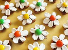 We made these fun and tasty Daisy Pretzel Bites using pretzels, Hershey Kisses, Marshmallows and M&M's. Sister Crafts, Mothers Day Crafts, Pretzel Kisses, Mini Desserts, Pretzel Desserts, Pretzel Treats, Pretzels Recipe, Best Party Food, Snacks