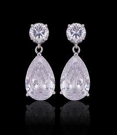 Ótima opção para noivas, festas, madrinhas e formandas. Brincos prata (banho de ródio) cravejado com pedras de zircônias cristal. Semi-jóia com 3,7 cm de comprimento. Obs: Este brinco acompanha tarrachas sutiã de orelha. Ref. Z274 Jewelry Accessories, Fashion Accessories, Diamond Earrings, Drop Earrings, Hair Ornaments, Jewelry Rings, Jewellery, Beautiful Rings, Bling Bling