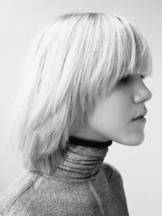 Bowl haircuts automatically remind us of and when ordinary and non-ordinary people used to rock them. Bowl haircuts were considered to be boring and uni Retro Haircut, Classic Haircut, Bowl Haircut Women, Mushroom Hair, Bowl Haircuts, New Hair Do, Bowl Cut, Long Bob Hairstyles, Long Hair Cuts