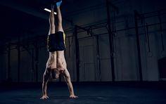 Oft unterschätzt, aber eine Königsdisziplin der Körpergewichtsübungen: Hier erfahrt ihr, wie ihr in 5 Schritten den Handstand lernen könnt!
