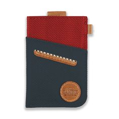 WOLYT Sleeve is the best slim wallet for the urban travellers. Funded with Kickstarter, it provides an essential solution to carry your cards and cash.