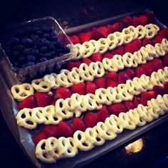 Frugal and Fun of July Idea. Flag Party Platter with White Chocolate (or yogurt!) Pretzels With Strawberries and Blueberries. Easy Memorial Day and of July party idea. 4. Juli Party, 4th Of July Party, Patriotic Party, July 4th, Patriotic Crafts, July Crafts, Fourth Of July Food, 4th July Desserts, 4th Of July Food Sides