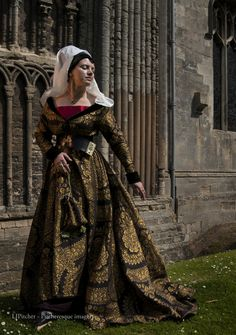 How to make a kirtle and a Burgundian gown | A Damsel in This Dress