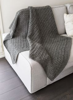 Harmaa Andes -langasta virkattu peitto on valmis.Ohje on napattu Erika Knightin kirjasta Tyylikkäät silmukat. Oli hyvin selkeät ohje... Needlework, Knit Crochet, Diy Crafts, Crafty, Blanket, Rugs, Knitting, Home Decor, Projects