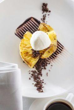 Pieczony ananas, czekolada, lody śmietankowy.