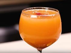 Place Christmas under the best auspices as you prepare this delicious holiday sangria. A cocktail that will make everyone happy at dinner! Healthy Cocktails, Vodka Cocktails, Holiday Cocktails, Cocktail Drinks, Alcoholic Drinks, Sangria Recipes, Cocktail Recipes, Smoothie Recipes, Smoothies