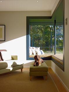Fensterbank mit Sitzbank innen Fensternische Wohnzimmer - Einrichtungsideen Haus Crichton Baufritz Fertighaus - HausbauDirekt.de