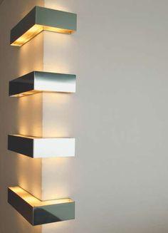 corner   Viabizzuno cuerpo iluminante de pared para interiores IP20 de acero inoxidable brillante, equipada para lámparas halógenas 3x60W E14 y particularmente adecuada, por su versatilidad, para iluminar ambientes públicos y privados.