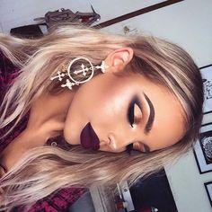 Eu amei essa maquiagem para loiras ,pois e diferente da maioria que necessita carregar o olho!E também essa boca linda com um vinho escuro matte,bem contornada:)