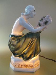Jugendstil porcelain perfume lamp (Rauchverzehrer) in the shape of a young women with flowers - Catawiki