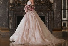 Romona Kevezaapresentou suas novas coleções na flagship instalada no Rockefeller Center, em NY, demonstrandoter um trabalho intimista e pessoal. Naversão Couture, muitos vestidos artesanais, o m…