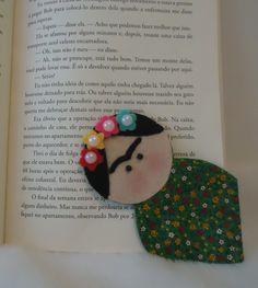 Marcador de páginas no tema Frida Kahlo, feito em feltro e tricoline, com detalhes em fitas, o marcador tem aproximadamente 13 cm de altura.