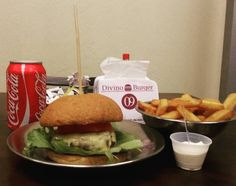 Combo Divino : DB1 ou DB2  Fritas  Refri = R $ 2500. Só as quartas e quintas. Vem pra Divino Burger! #divinoburger #sensacional #burgerlovers #combodivino #hummm  #comidaderua #hamburguersemfrescura #foodtrailer #artesanalburger by divinoburger