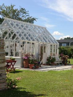 How to make the small greenhouse? There are some tempting seven basic steps to make the small greenhouse to beautify your garden. Greenhouse Shed, Indoor Greenhouse, Small Greenhouse, Greenhouse Wedding, Greenhouse Gardening, Homemade Greenhouse, Balcony Gardening, Deco, Wooden Greenhouses
