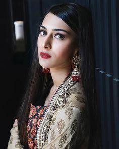 Hira Mani, Erica Fernandes, Indian Tv Actress, Girls Dp, Beauty Full Girl, Simple Makeup, Beautiful Actresses, Indian Outfits, Girl Pictures