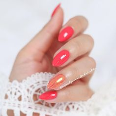 Idealny kolor do opalonych dłoni - Semilac 006 Classic Coral i efekt syrenki na serdecznym #hedonistkanails  Ciężko uchwycić ten odcień, ale jest piękny ❤️