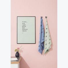 Geschirrtücher in Blau und Weiß mit schwarzen Buchstaben bedruckt von Design Letters  - online shoppen bei pinkmilk