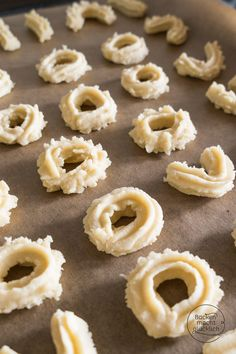 Our best shortbread recipe. The easiest way to make the shortbread cookies is in a meat grinder. This is how the typical shortbread cookies are particularly beautiful. Easy Cookie Recipes, Donut Recipes, Baking Recipes, Shortbread Recipes, Shortbread Cookies, Best Homemade Burgers, Healthy Burger Recipes, Homemade Donuts, Rice Krispies