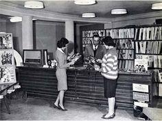 6Mujeres afganas en una biblioteca pública, antes de que los talibanes tomaran el poder. [1950]