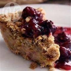 Amerikanischer Rhabarber Pie mit Streuseln - Der Teig für diesen Pie wird erst vorgebacken, dann gefüllt und nochmals gebacken und ganz zum Schluss kommen die Streusel drauf. @ de.allrecipes.com