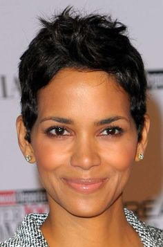 Capelli corti stile boyish - Halle Berry beauty look